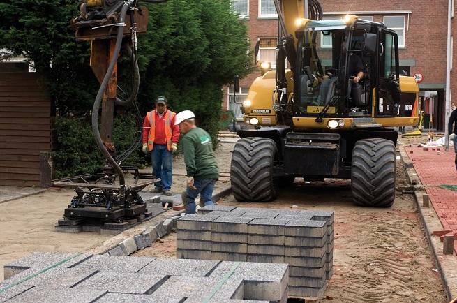 machinaal straten tegels in woonwijk