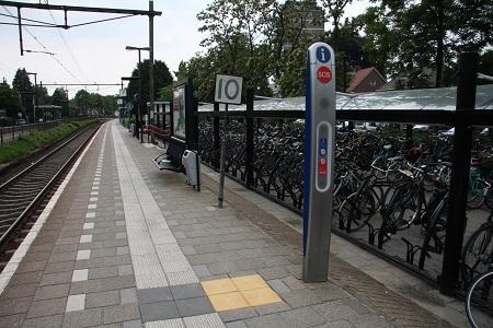 objectmarkering naast geleidelijn NS station