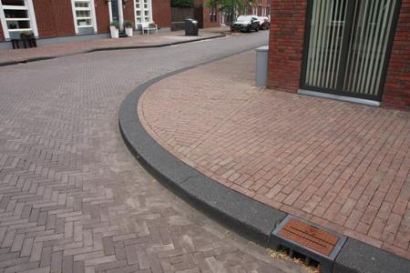 brede trottoirbanden 28/30 gecombineerd met straatbaksteen