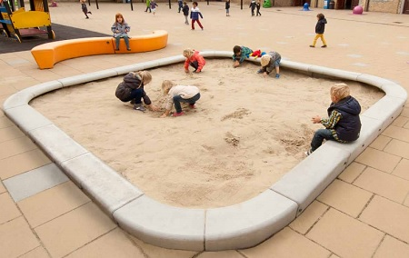 ideale schoolplein inrichting met betonnen zandbakranden