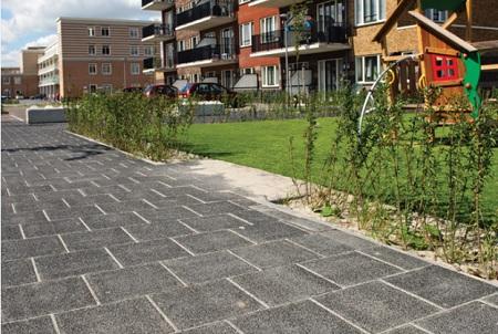 betontegels in stoep | zwarte gewassen trottoirtegels