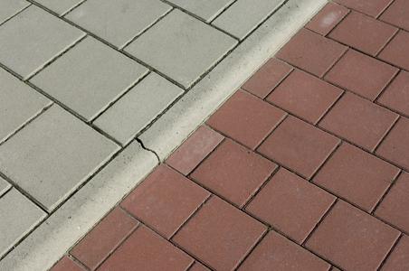 gazonband grijs tussen trottoir en fietspad
