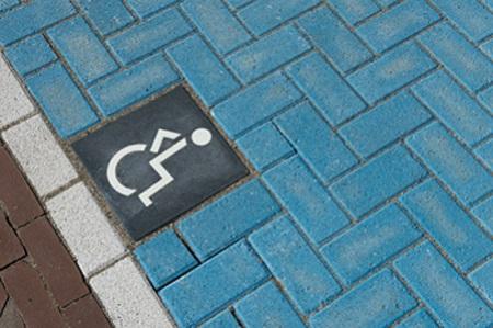betonnen symbooltegel | invalidenparkeerplaats | actieve rolstoelgebruiker | invalide tegel