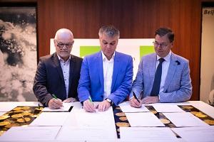 Algemeen directeur Alfons van Woensel van Struyk Verwo Infra tekent het Betonakkoord, geflankeerd door Sjoerd Kloetstra en André Barendregt van CRH-zusterbedrijf Cementbouw.