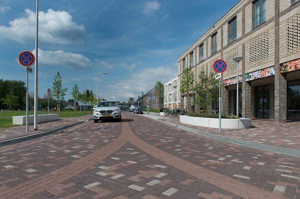 In de mixbestrating op de wegen is een aantal lijnen verwerkt, waardoor begeleiding ontstaat voor de verschillende verkeersdeelnemers.