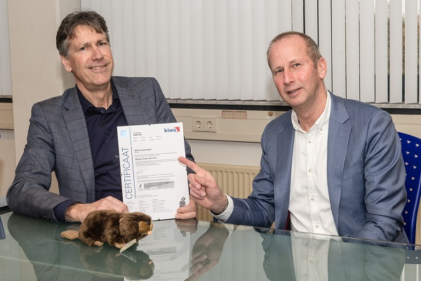 Commercieel directeur Rinke Veld neemt het MVO prestatieladder - niveau 4 certificaat in ontvangst van Jan Klapwijk van Kiwa.