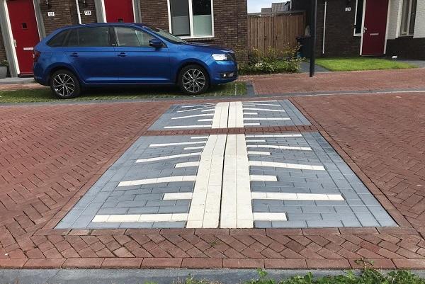 Met de linker en rechter elementen van de sinusdrempel 12/20x100x100 cm met straatsteenmotief is het nu ook mogelijk om verkeerskussens met een passeersnelheid van 20 km/h aan te leggen.