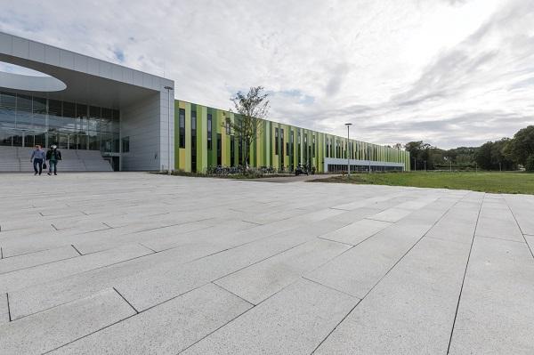 De bestrating bij Brainport Eindhoven is een combinatie van de Lucida Grigio Verde Olivina en Liscio Grigio Verde Olivina. Formaat 90 x 30 x 10 cm.
