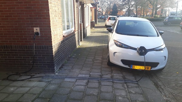 EV-kabelgoottegel in stoep direct aan de voordeur
