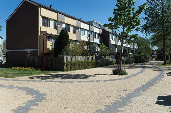 De straat het Karrespoor is letterlijk in een karrenspoor patroon gelegd met drie varianten van de Novato betonstraatsteen
