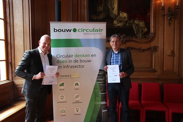 Wethouder Hein de Haan en Daaf de Kok van BouwCirculair zijn enthousiast over het uitvoeringsprogramma van Betonketen Fryslân