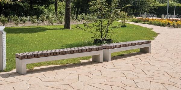 De parkbank van betonnen met 100% FSC hardhouten zittingen zit in de vaste collectie straatmeubilair van Struyk Verwo Infra.