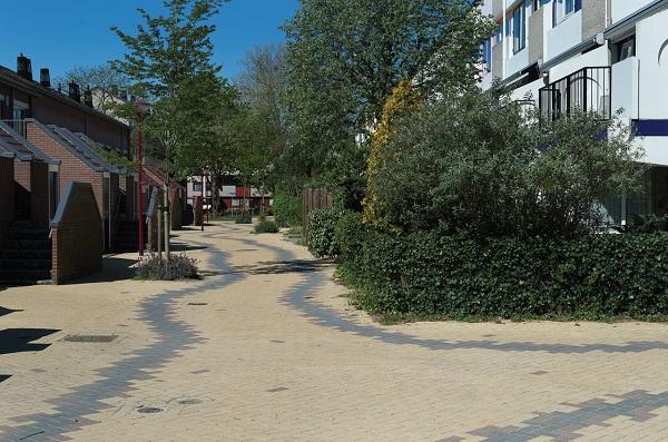 De Novato Giallo is machinaal in de straat gelegd. Op de posities van het karrespoor zijn de gele betonstraatstenen verwijderd en handmatig opgevuld met de constrastrerende kleuren Novato Rosso en Novato Nero.