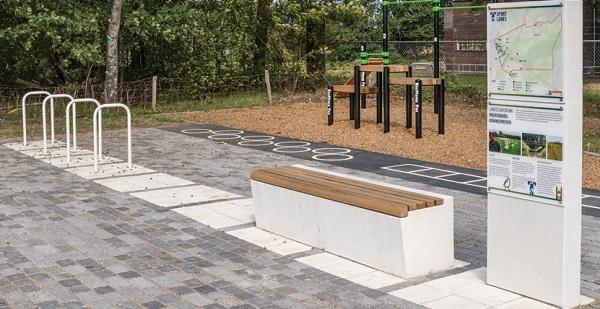Maatwerk in beton. Straatmeubilair -  parkband Solid in wit beton, voorzien van hardhouten zitting - met een informatiezuil in wit beton.