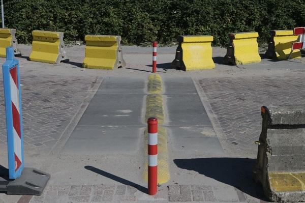 De snelheidsremmende drempelplaat is een combinatie van een industriële vloerplaat en een betonnen drempel.