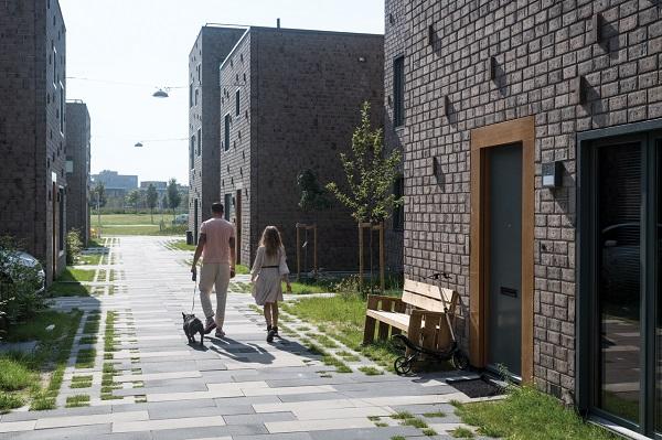 De bestrating in de straatjes verloopt van een gesloten verharding in het middendeel tot de open verharding met Square grasbestrating aan de buitenzijden.