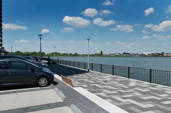 De voetgangerspromenade is uitgevoerd in Lavaro City grootformaat, betonstraatstenenvan 30 x 60 cm in een mix van drie tinten. Van zwart naar grijs.