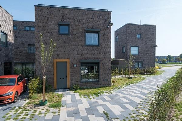 De Square grasbetonstenen omlijsten de kleine compacte woningen en zorgen zo voor een groen karakter van de wijk.