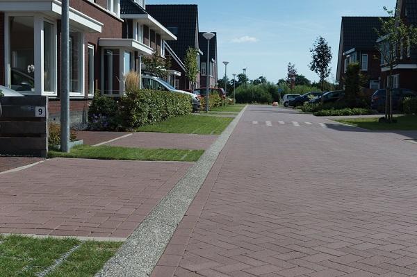 De warme bruinrode kleur van de Baleno betonstraatstenen is op maat gemaakt.