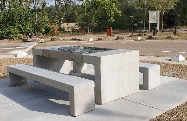 De Solar Picnic is een stand alone betonnen picknickset met ingebouwde en volledig autonoom functionerende zonnepanelen.
