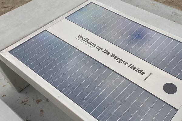 In de geintegreerde zonnepanelen is de naam van het natuurgebied gegraveerd.