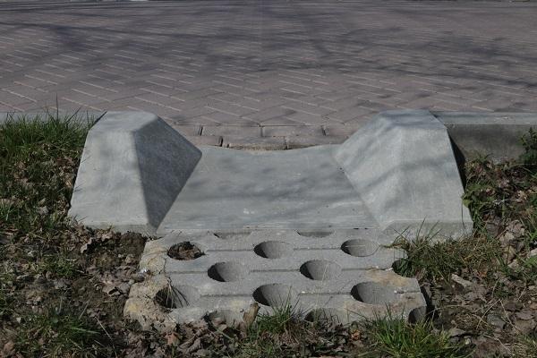 Uitstroomband voor waterafvoer langs de weg
