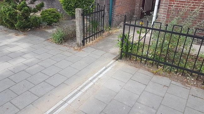 kabelgoottegels in trottoir