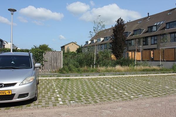 100% circulair. Groene parkeervakken gemaakt van hergebruikte betonstraatstenen en Greenbricks van gerecycled kunststof.