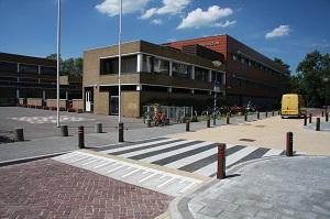 Oversteekplaats bij school met zebrapad en verkeersplateau aansluitend op trottoir