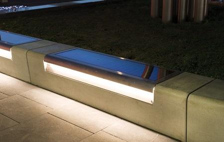 Bank met zonnepaneel en LED-verlichting