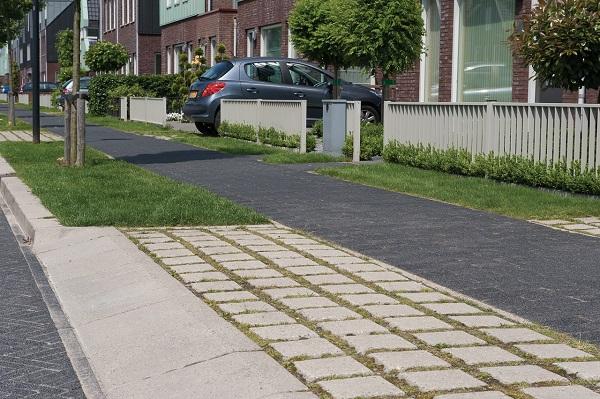 betonnen groenstenen in woonwijk