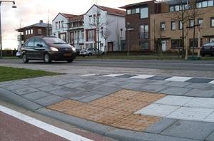 Toegankelijke bushalte met noppentegel, geleidelijntegel en inritverloopbanden