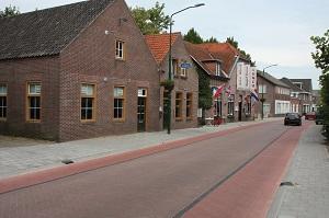 Stil wegdek in dorpsstraat door stille straatstenen
