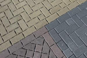 Waterdoorlatende betrating in parkeerterrein door waterpasserende stenen met uitsparingen