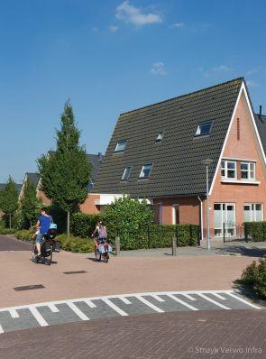 Uitgewassen bestrating in woonwijk Hoenderpark Schagerbrug |betonklinkers
