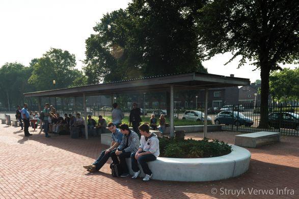 Betonnen zitelementen rondom school|zitranden beton