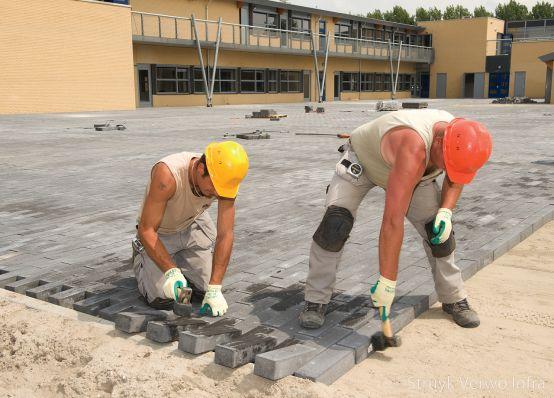 betonstraatsteen 33x11|aanleg schoolplein Zonnedauwlaan Kudelstaart|Novato nero glisando|mechanisch verwerken|bestratingsklem betonstraatstenen
