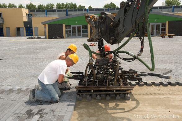 mechanisch verwerken van betonstraatstenen|aanleg schoolplein Zonnedauwlaan Kudelstaart|Novato nero glisando|bestratingsklem