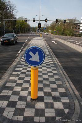 Kruispunt met verkeersregelinstallatie|VRI|rijbaanscheiding|middengeleider