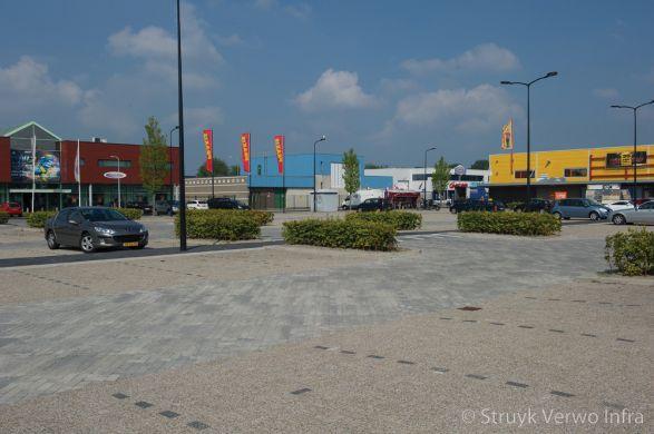 Genuanceerde bestrating op parkeerterrein|herinrichting buitenterrein winkelgebied
