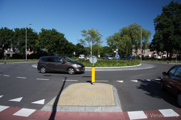 Verkeerseiland zonder onkruid|oversteekplaats rotonde Lisse