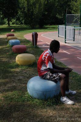 Kleurrijke sierbolders voor speelplek in Dordrecht|gekleurde betonnen poef