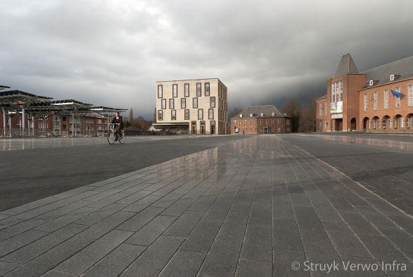 Geslepen bestrating zwart op stadsplein|terrazzo bestrating