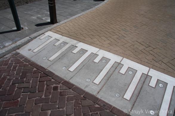Plateaudrempel 12/20x50 CROW 30km/h grijs met witte betonnen belijning