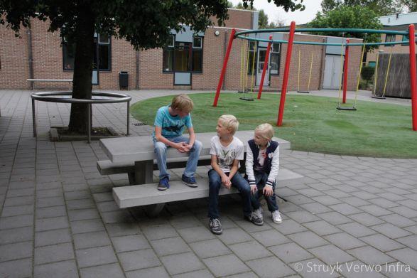 Betonnen picknickset op schoolplein in Dordrecht