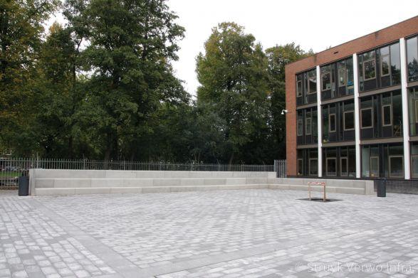 Schoolplein met betonnen zitelementen in een hoek|tribune elementen beton