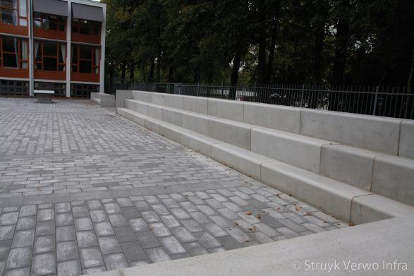 Betonnen zitelementen in de vorm van een tribune|betonnen zitranden