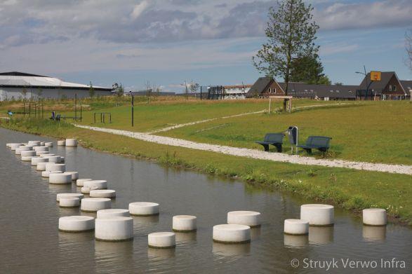 Sierpoefs in het water|poef beton