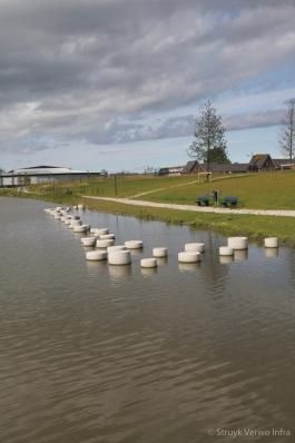 Betonnen sierpoef in water ronde poef