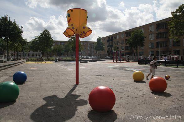 Sierbollen in diverse kleuren op schoolplein in Rotterdam|speelelementen beton